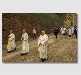 La mattina del sei maggio, giorno della festa, la statua viene processionalmente riportata in Santuario... ‑ Santuario provincia di Cuneo della Madonna Santa Vergine Maria